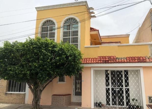 Casa en venta en Pensiones cerca de Plaza Dorada, 4 habs. 2 baños, con local independiente.