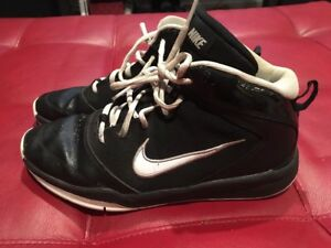 3b2a8788fd5 Image is loading Nike-Team-Hustle-Youth-Black-White-Basketball-Sneakers-