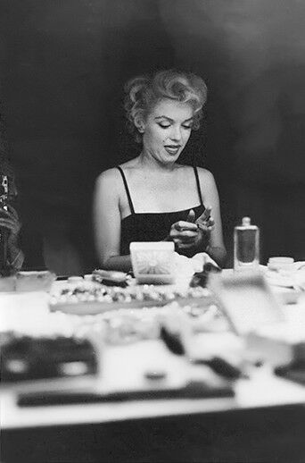 Marilyn monroe at her makeup table 1 rare 4x6 for Beauty on table