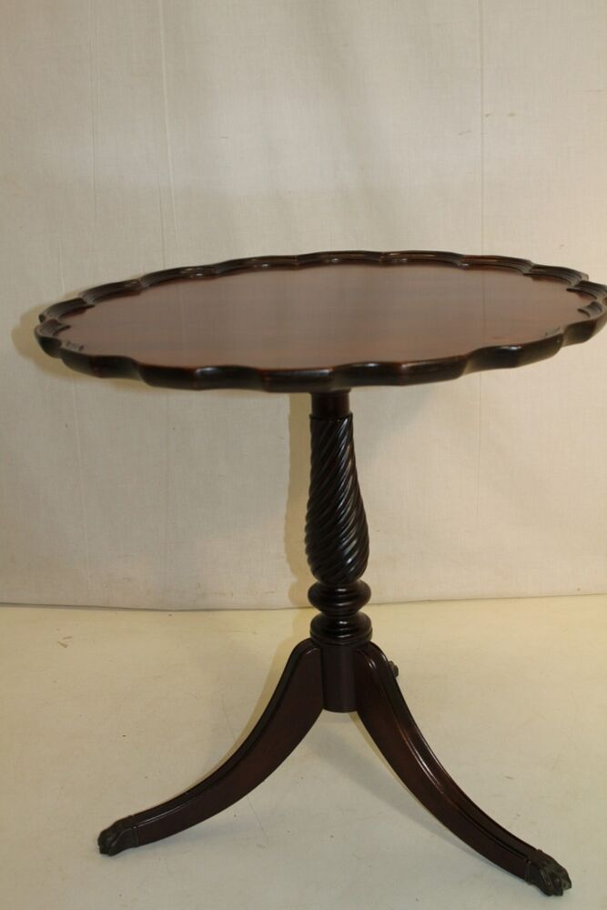 Beautiful chippendale mahogany scalloped pie crust round