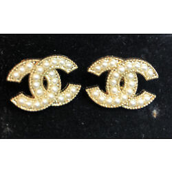 Kyпить Set Of 2 VINTAGE CHANEL Pearl Buttons Stamped Gold 18mm на еВаy.соm