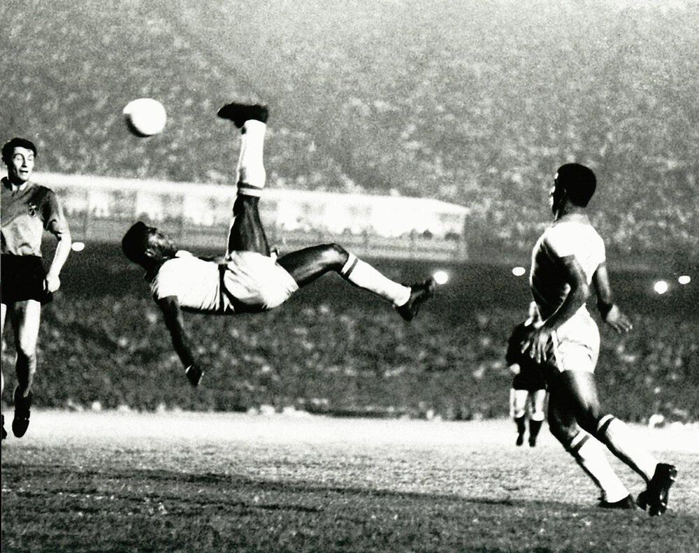 world renown soccer great pele scoring on bicycle kick photo picture print ebay. Black Bedroom Furniture Sets. Home Design Ideas