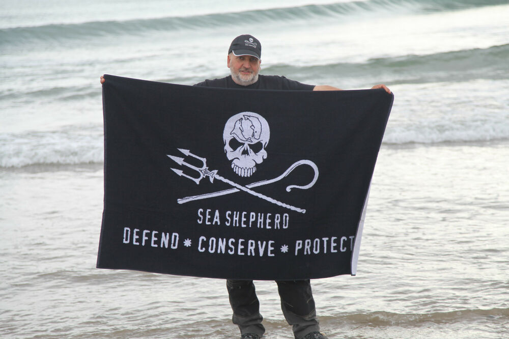 sea shepherd jolly roger beach towel large skull 100cm. Black Bedroom Furniture Sets. Home Design Ideas