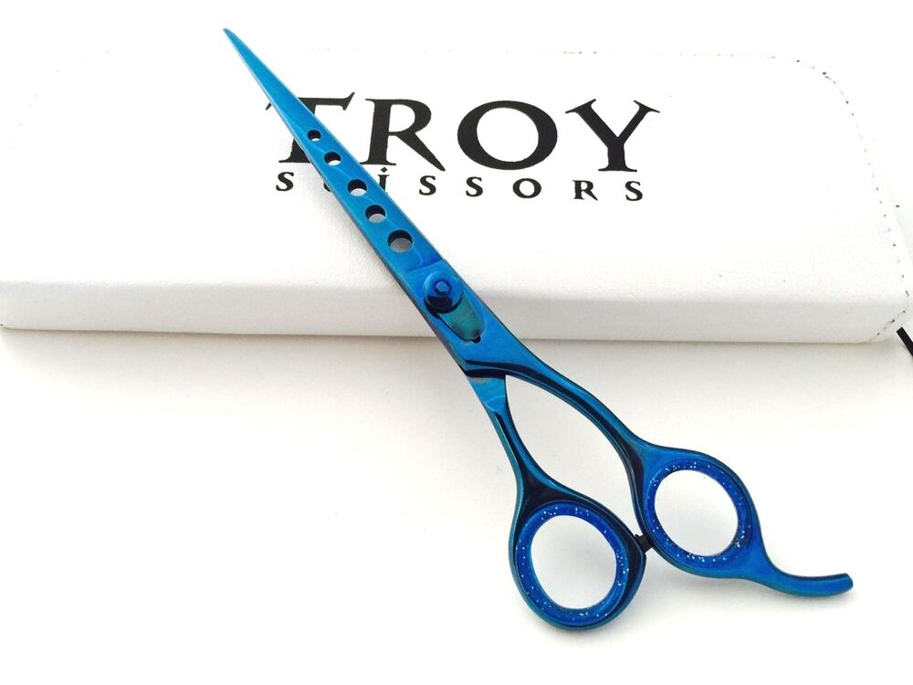 how to hold grooming scissors