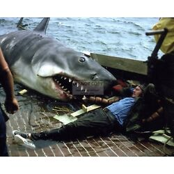 ROBERT SHAW ON THE SET OF THE 1975 FILM ''JAWS'' - 8X10 PUBLICITY PHOTO (BB-705)