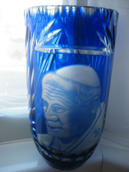 BLUE FLASHED BOHEMIAN VASE SUPERBLY ENGRAVED WITH POPE JOHN PAUL II