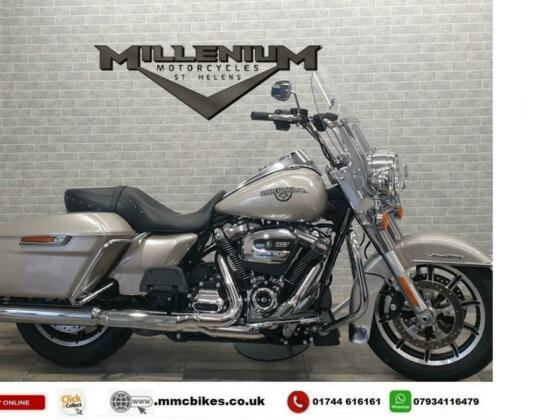 2020 (20) HARLEY DAVIDSON FLHR ROAD KING FINISHED IN SILVER WITH 396 MILES.