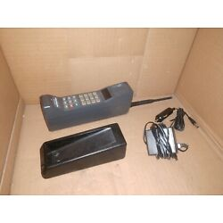 Kyпить Vintage Motorola 8000 brick cell phone and accessories F09PYD8372AG used old  на еВаy.соm