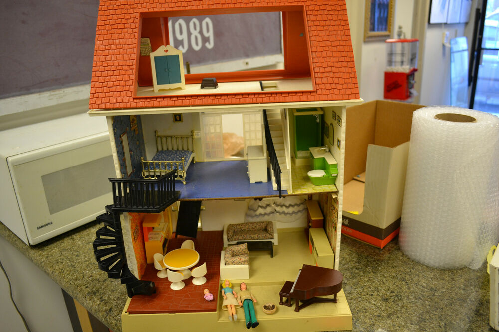VINTAGE FISHER PRICE 1977 LARGE DOLL HOUSE DOLLHOUSE FURNITURE & FAMILY | eBay