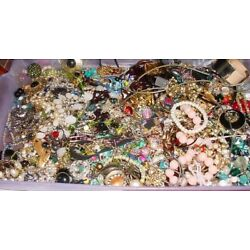 Kyпить Huge Lot Jewelry Vintage Now Junk Craft Box FULL 5 POUNDS Brooch Necklace MORE на еВаy.соm