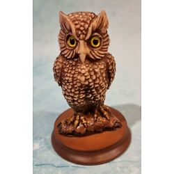 Kyпить Vintage Resin Owl Made In Italy Bead Eyes Wood Stand Grumpy bird Feather detail на еВаy.соm