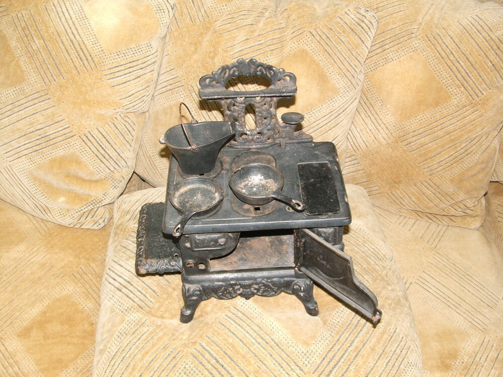 Collectible Antique Cast Iron Sample Cooking Stove W Pots