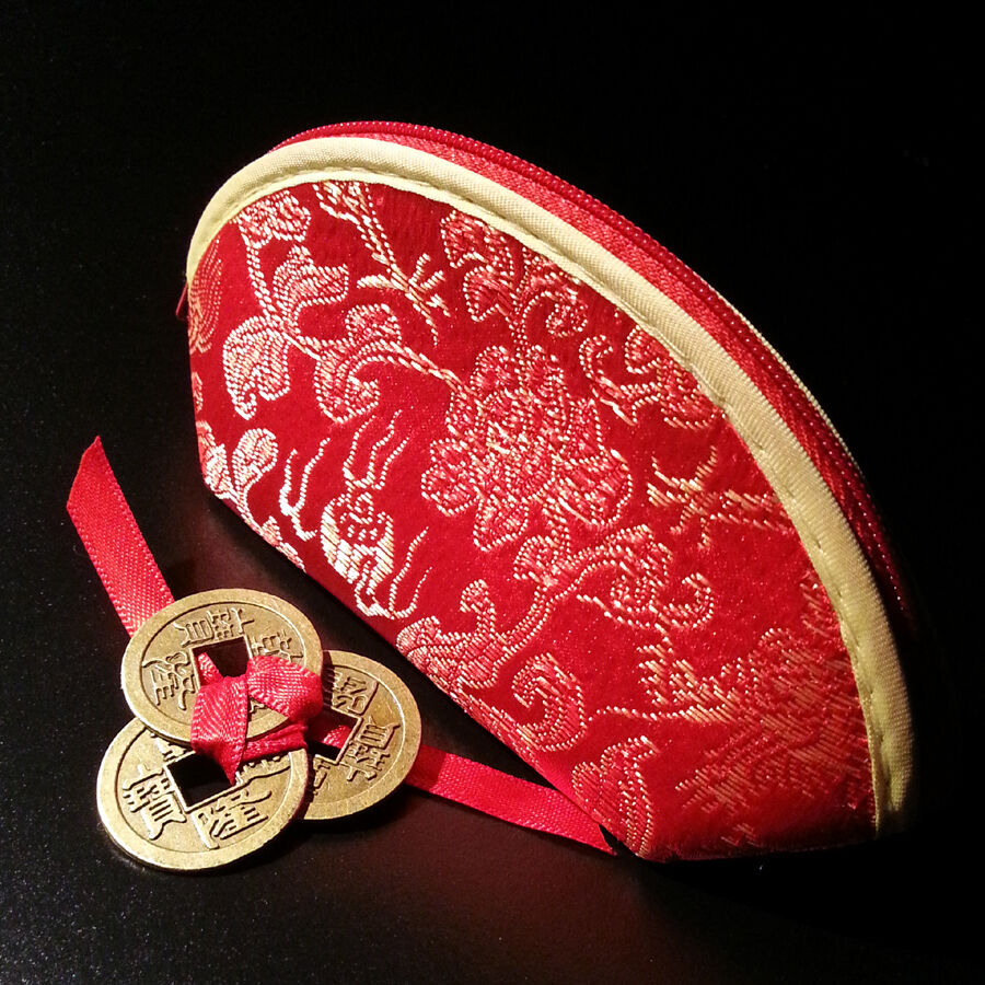 Red chinese coin purse with 3 tied lucky chinese coins - Feng shui quali oggetti portano ricchezza ...