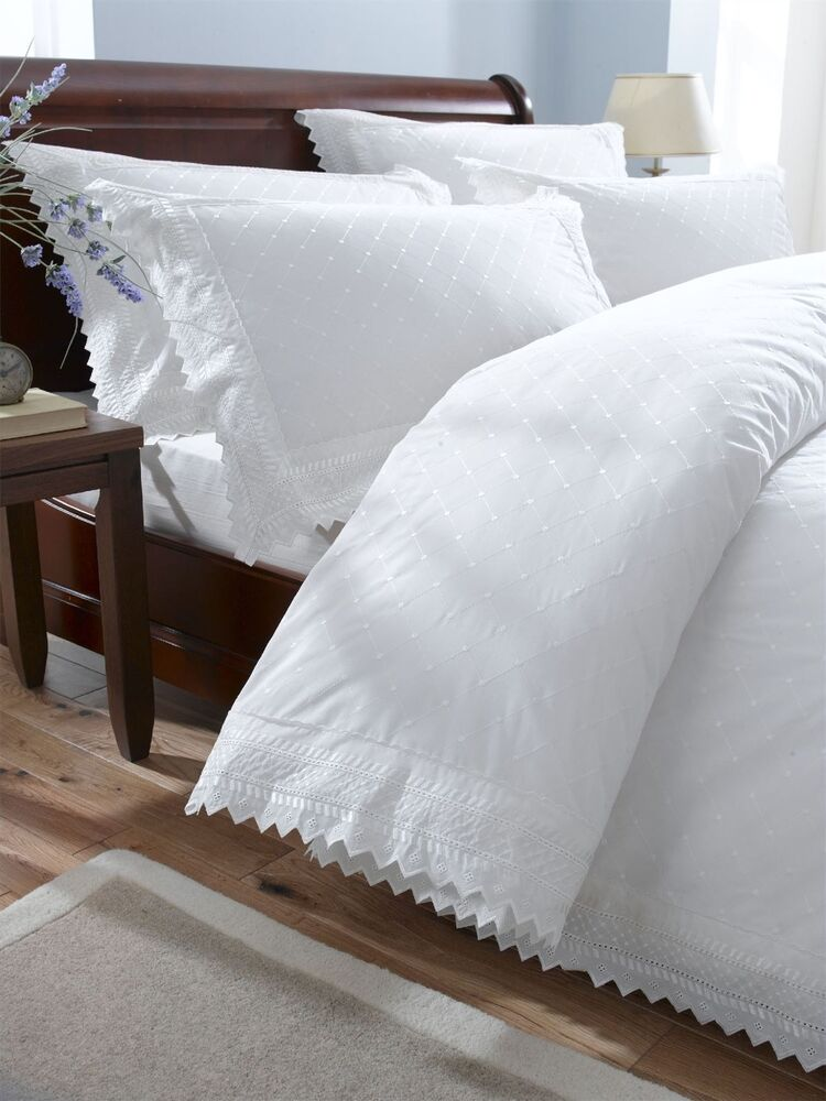 Luxurious percale embroidered broderie anglais duvet quilt for Housse de coussin anglais