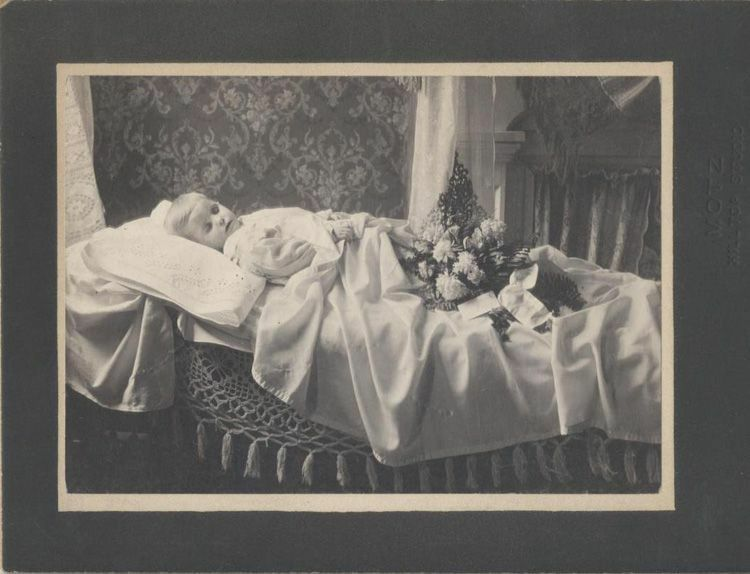 POST MORTEM PHOTO OF TODDLER IN COFFIN WITH FLOWER BOUQUET