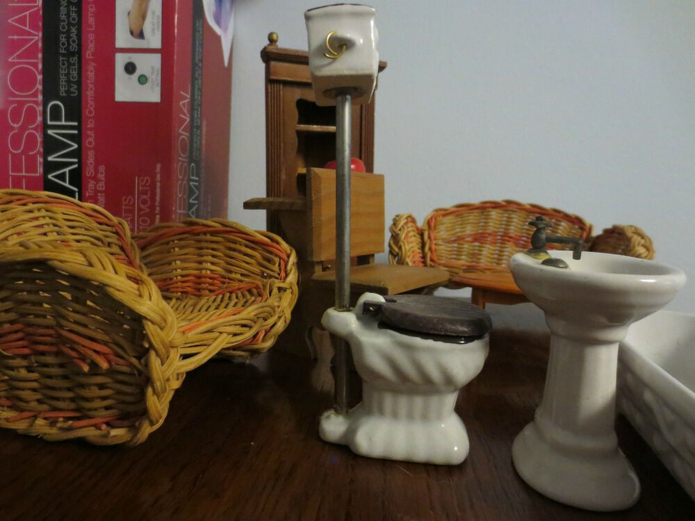 LOT OF MINIATURE DOLL HOUSE FURNITURE BATHROOM FIXTURES