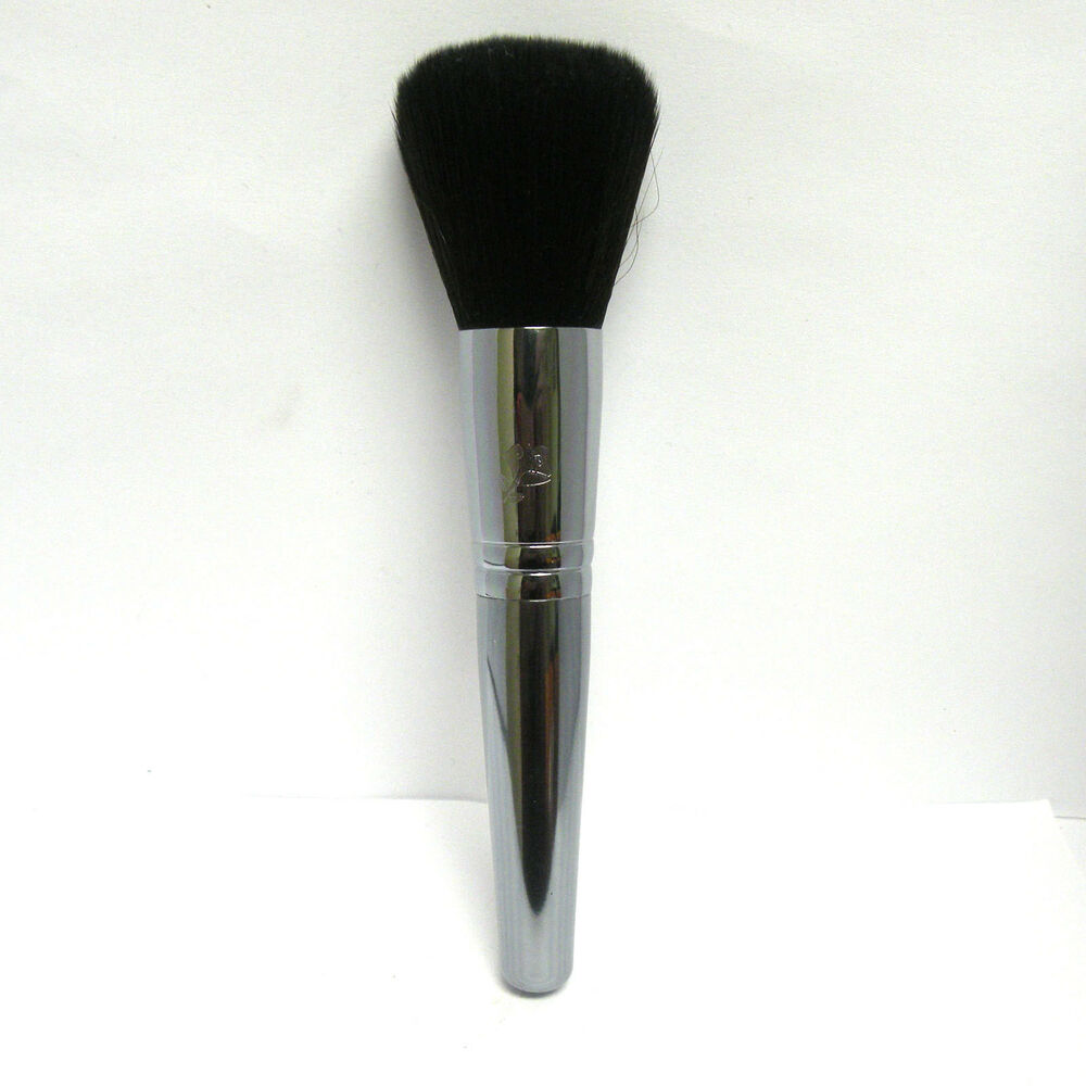 This large, full brush is essential for any loose or pressed powder foundation. Engineered to provide fuller coverage and a more polished look than the Powder Brush. Designed with direction from top makeup artists around the globe.