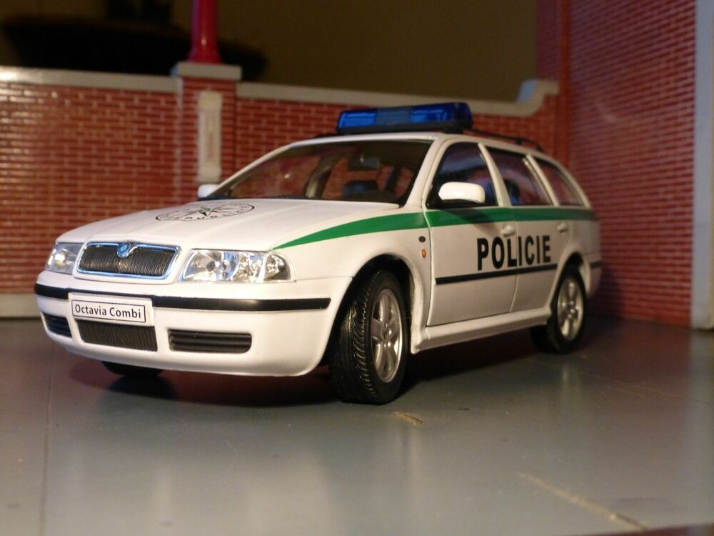 lgb g scale 1 24 skoda octavia police car v detailed diecast model welly abrex ebay. Black Bedroom Furniture Sets. Home Design Ideas