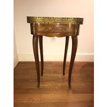 LOUIS XV STYLE MARBLE TOP KIDNEY END/SIDE TABLE W MARQUETRY AND BRASS DETAIL