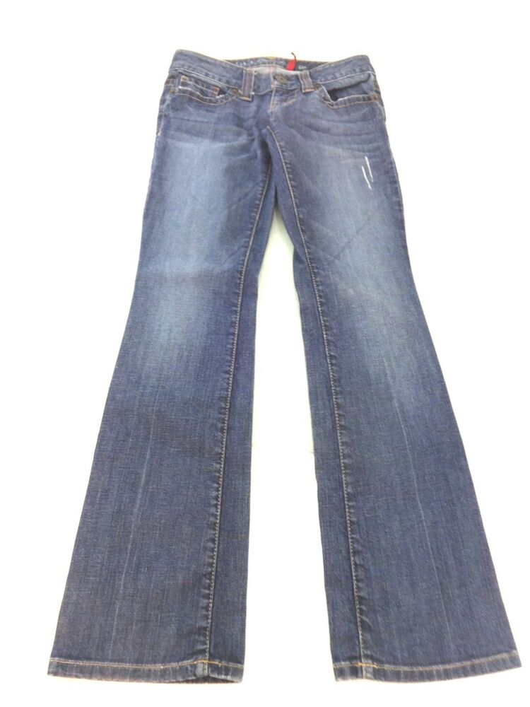 A size 27 in jeans is a women's size 4 to 5 in U.S. sizes. The 27 is the waist measurement. Jean sizes vary considerably from country to country and sometimes by brand or style. There are two jean sizing scales in the United States. Typically, designer or premium brands use .