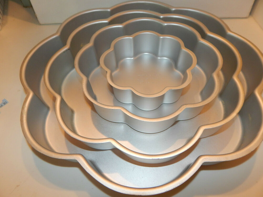 4 tier wedding cake pan sizes 4 wilton performance wedding tier petal cake pan set 10401