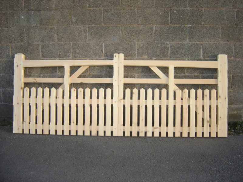 Five Bar Wooden Half Paling Drive Entrance Gates 5ft