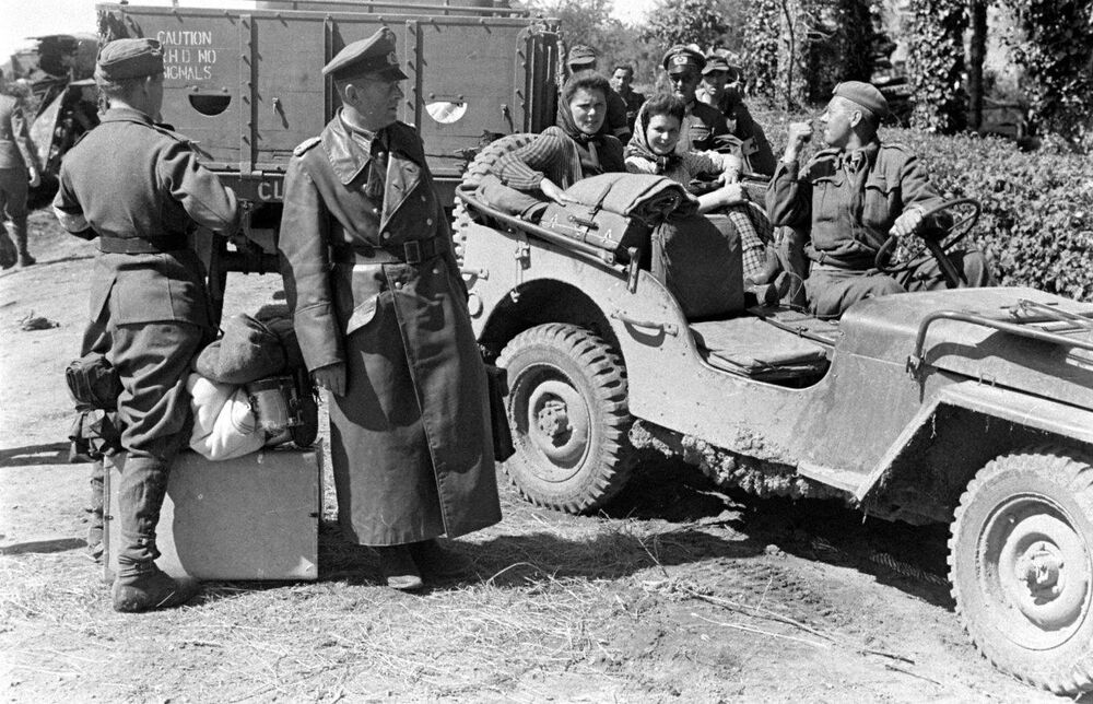 Ww2 Photo Wwii German Soldiers Captured Jeep Falaise Gap
