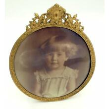 ANTIQUE COLUMBIA MEDALLION STUDIOS CHICAGO ROUND FRAME WITH A GIRL'S PHOTO