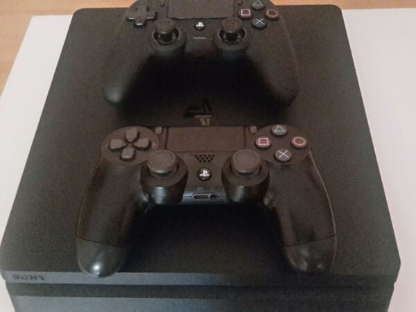 Sony Playstation 4 Slim 500GB Console con 2 DualShock 4 - Nera