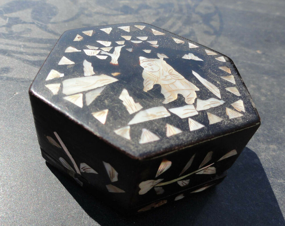 Antique Chinese Black Lacquer Snuff Or Trinket Box With