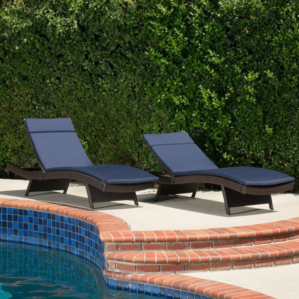 set of 2 outdoor adjustable brown wicker chaise lounge chairs w navy cushions ebay. Black Bedroom Furniture Sets. Home Design Ideas