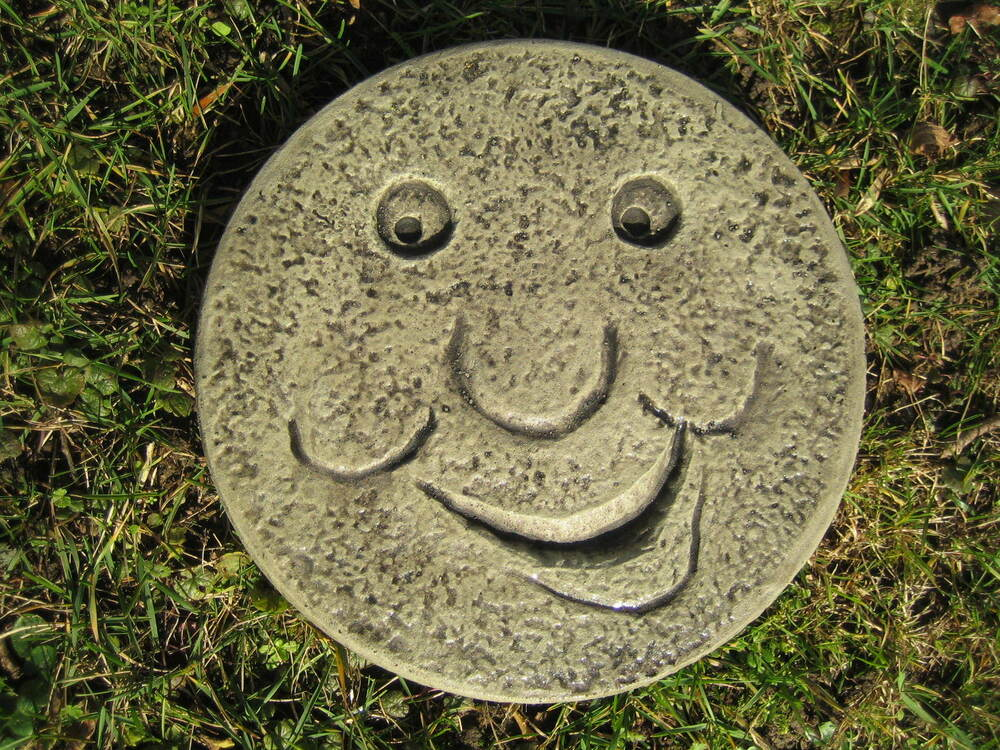 Stepping stone face garden ornament 57 other designs in for Stepping stone designs garden layouts