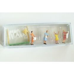 HO Preiser 14050 Women Hanging Laundry with Laundry Line : FIGURES