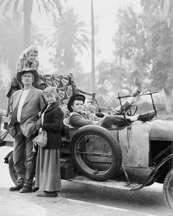 THE BEVERLY HILLBILLIES CAST BY OLD CAR 8X10 B&W PHOTO