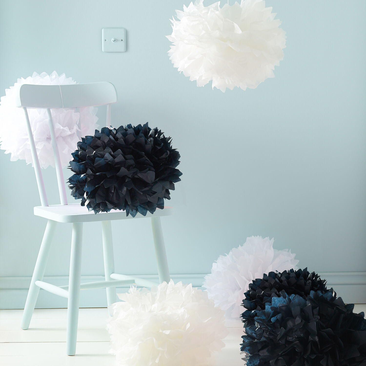 9er set pompom papier blumen kugel seidenpapier schwarz creme wei deko hochzeit ebay. Black Bedroom Furniture Sets. Home Design Ideas