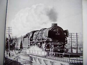 Dampf-ueberm-Schienenstrang-Erinnerung-alte-Eisenbahn