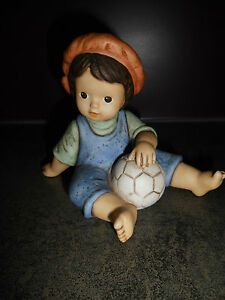 Goebel-Nina-Marco-Limpke-Junge-mit-Fussball-Sammelfigur