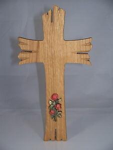holz kreuz mit roten rosen von hand geschnitzt 23 x 12 cm. Black Bedroom Furniture Sets. Home Design Ideas