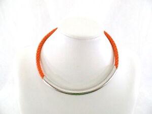 Halskette-rund-Orange-geflochtenen-Lederband-silberfarb-Anhaenger-Modeschmuck