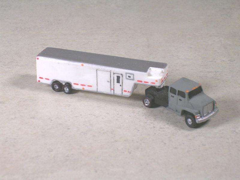 N Scale Gray Ford Semi w Dual Axle White Horse Trailer