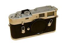 Analoge Leica Spiegelreflexkameras mit eingebautem Blitz
