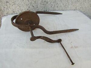 art populaire ancienne poulie en fer forge pour puits ancien
