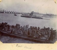 """Egypte, Port Said, Un chantier sur le Canal de Suez avec vue le la """"Port Said &"""