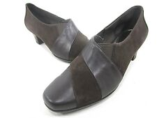 ARAVON, ELIZABETH DRESS PUMP, WOMEN'S US SIZE 7.5 M BROWN SYNTHETIC NEW/DISPLAY