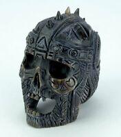 Geschnitzter Schädel mit Helm und Ornamenten - Schwarzes Horn Schnitzerei