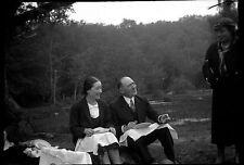 Homme femmes pique nique vin  - Ancien négatif photo an. 1930