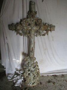 croix en fonte ancienne beau décor de  feuillage et fleurs.