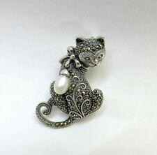 Zauberhafte Katze als Anhänger / Brosche, 925er Silber mit Markasiten + Perle