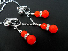 A PRETTY ORANGE JADE  BEAD NECKLACE AND CLIP ON EARRING SET. NEW.