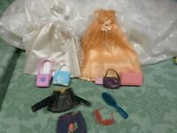 lot====2robes princesse barbie sacs ,valise griffée vétements 11piéces